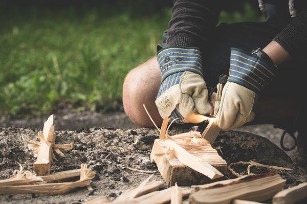 Gör eld med tändstål och träflisor