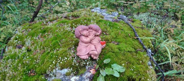 skogstroll, pussas på en sten